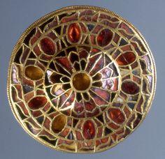 Fibula a disco decorata a cloisonné in oro, granati e paste vitree, VI-VII secolo, Museo di Antichità di Torino