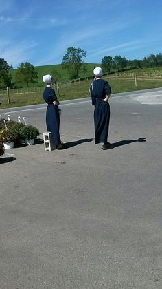Young Amish ladies~ Sarah's Country Kitchen ~
