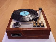 A vintage turning table for a 60 years old man who own 30 000 vinyl records and about 10 turning tables! I reproduced by looking at a photo. Birthday Cakes For Men, 60th Birthday Cakes, Birthday Recipes, Dad Cake, 50th Cake, Mini Tortillas, Record Cake, Turntable Cake, Music Cakes