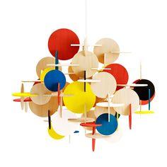 Veistoksellisen Bau-valaisimen on Normann Copenhagenille suunnitellut Vibeke Fonnesberg Schmidt. Geometriset muodot ja värit yhdistyvät Bau-valaisimessa uniikilla ja sulavalla tavalla.