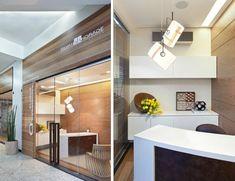 Silvana Andrade arquitetura - A fachada tem fechamento em vidro transparente e madeira ripada. Na recepção, a mesa da secretária é de silestone branco + aço corten (o mesmo acabamento do puxador da porta).