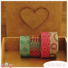 A caixinha é muito fofa, de MDF e com fecho em formato de coração. Eu decorei com washi tape da Scotch.