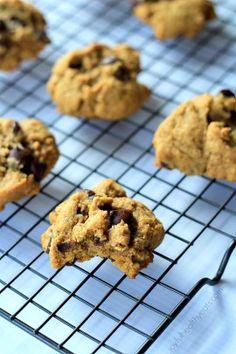 {Skinny} Pumpkin Chocolate Chip Cookies, made with coconut oil… super moist! Köstliche Desserts, Delicious Desserts, Dessert Recipes, Yummy Food, Pumpkin Recipes, Fall Recipes, Baking Recipes, Cookie Recipes, Biscuits