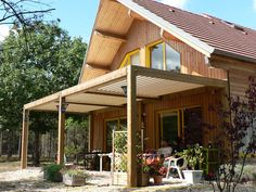 A pergola makes it possible to use the garden or the terrace all year round. In summer, a pergola pr Diy Pergola, Corner Pergola, Pergola Canopy, Pergola Swing, Metal Pergola, Deck With Pergola, Cheap Pergola, Wooden Pergola, Outdoor Pergola