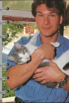 Patrick Swayze and his cat. Patrick Swayze and his cat. Animal Gato, Amor Animal, Crazy Cat Lady, Crazy Cats, Cool Cats, I Love Cats, Celebrities With Cats, Men With Cats, Patrick Swayze