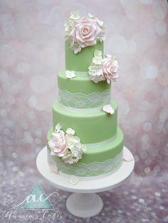 Vintage green Wedding cake  Vintage bruidstaart in oud groen met rozen en hortensia.