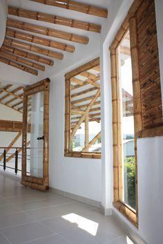 Diseño y construcción de la Casa Calvo ubicada en el municipio del Carmen de Apicalá en el departamento del Tolima por Zuarq Arquitectos. Bamboo House Design, Bamboo Structure, Bamboo Construction, Bamboo Architecture, Bamboo Poles, Bamboo Crafts, Campervan Interior, Diy Home Repair, Farm Stay