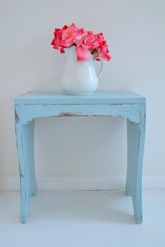 my brother made me a small table many years ago, it would great painted blue like this! Chalk Paint Furniture, Vintage Furniture, Painted Furniture, Big Girl Rooms, Small Tables, White Houses, Furniture Inspiration, Wood Wall, Interior Design