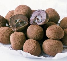 Melting Middle Truffles--Make the middles first. Heat the Dulce de Leche in a pan for 1 min until warmed and runny, then stir in the chopped dark chocolate and leave to melt. Cover a dinner plate Candy Recipes, Sweet Recipes, Dessert Recipes, Chocolate Truffles, Chocolate Recipes, Homemade Chocolate, Chocolate Making, Delicious Chocolate, Japanese Idol