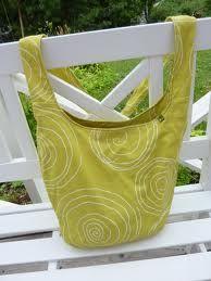 Tämän mallinen laukku, jossa on niin pitkä hihna, että ylettyy toiselle olalle.