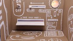 """El artistas suizo Tobias Gutman es el creador de """"Face-O-mat"""" una especie de máquina expendedora de retratos, aunque de máquina tiene poco ya que en realidad es una caja de cartón. Por un lado se sienta cualquier persona y por el otro se encuentra Tobias Gutman, ambos se ven gracias a un agujero, el que permite que Gutman vea el rostro y dibuje un extraño y simple retrato por un par de monedas en solo tres minutos..."""