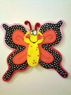 Adorno de goma eva para pared o puerta Butterfly Crafts, Pasta Flexible, Foam Crafts, Corpus Christi, Paper Piecing, Origami, Crafts For Kids, Applique, Lily