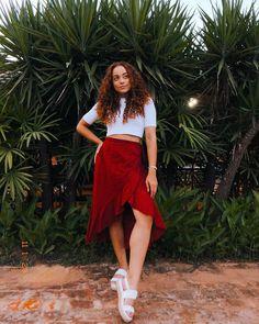 Saia vermelha: 30 fotos para se apaixonar por essa peça Waist Skirt, Midi Skirt, High Waisted Skirt, Poses, Casual Looks, 30, Skirts, Outfits, Instagram