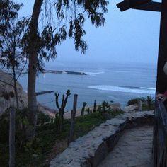 Bajando por la costa verde en Lima, Peru.
