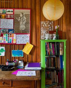 Já pensou morar em uma casa toda de madeira na altura da copa das árvores? Além disso tudo, essa morada ainda tem uma decoração acolhedora. Confira...