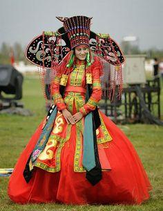 Noiva da Mongólia Na Mongólia, uma tradicional cerimônia de casamento, a noiva e o noivo usam um tipo de vestuário tradicional conhecido como Deel. Deel é um tipo de roupa tradicional que durante séculos os mongóis e outras tribos nômades da Ásia Central usavam.