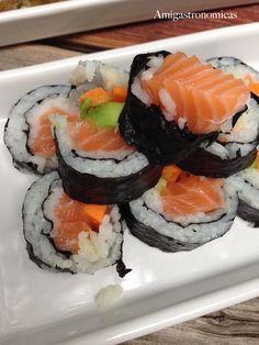 Nos lanzamos a preparar sushi en casa, parece laborioso pero una vez que le coges el tranquillo es coser y cantar. Una opción si quieres sorprender.