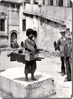 Eminonu / Istanbul New Mosque, shoeshine boy Pictures Of Turkeys, Old Pictures, Old Photos, Vintage Photos, History Photos, History Facts, Istanbul Pictures, Latina, Magnum Photos