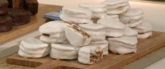 Alfajores santafesinos Brownie Cookies, Cookie Desserts, Cookie Recipes, Macarons, Osvaldo Gross, Deli Food, Tasty Bites, Cinnamon Rolls, Food Styling