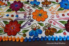 Nuevo en stock!  Corredor de lana de oveja mano bordada con flores elegantes y hojas, acabado con borlas multicolores. Magnífico en su mesa o como un corredor de la cama. Los colores vibrantes y motivos detallados hará cualquier habitación lucir hermosa!  Las fotos son del elemento real que recibirás!  Tenga en cuenta que las variaciones de color y pequeñas imperfecciones son naturales en artículos hechos a mano.  Medidas 72 largo x 12 pulgadas de ancho
