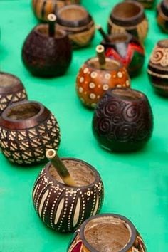 These porongos (gourds) are beautiful. I wonder who made them? Either way, the craft is excellent, and I'm sure the bombillas ensure that the Mate comes out evenly and smooth.