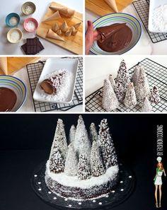 Déco sapins de Noël pour gâteau: – 10 cornets de glace en gaufrette – 200g de chocolat pâtissier – Neige : noix de coco, sucre perlé (appelé aussi perles de sucre ou sucre en grains ou sucre casson), sucre cristal, mini-perles de sucre, riz soufflé, sucre pétillant…