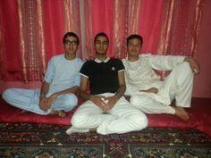 Mijn neefjes in Afghanistan met een rood achtergrond