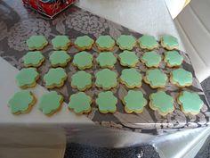 Η ζαχαρόπαστα είναι εύκολη στην παρασκευή της και έτσι Χριστουγεννιάτικα μπορείτε να φτιάξετε μόνοι σας μπισκότα, κάνοντας έτσι καλό στη...