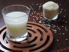 Água de arroz pode ser feita em casa e é excelente para pele. Nos dias quentes, experimente utilizá-la geladinha para lavar o rosto no final do dia.