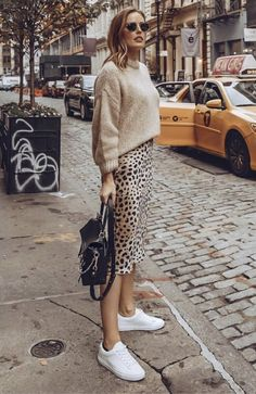 You know, animal prints are always important for fashion world. And designers like to use it in any piece of clothes. However, this midi leopard print skirt Mode Outfits, Skirt Outfits, Casual Outfits, Fashion Outfits, Office Outfits, Fashion Mode, Look Fashion, Autumn Fashion, Fashion Trends