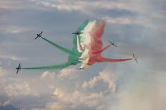 Frecce Tricolori Airplane Photography, Aviation Art, Air Show, Super Cars, Cool Pictures, Aircraft, Smoke, Falcons, Airports