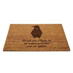 Fußmatte Pinguin aus Fussmatte Kokos  Natur - Das Original von Mr. & Mrs. Panda.  Eine wunderschöne Fussmatte Kokos aus dem Hause Mr. & Mrs. Panda - Die Fussmatte wird sehr aufwendig graviert. Dieses besondere Fertigunsverfahren mit Naturmaterialien wurde von uns entwickelt und ist einzigartig.    Über unser Motiv Pinguin  Pinguine, die süßen Tiere im schicken Wrack, gehören zu den Seevögeln, obwohl sie nicht fliegen können. Kaiserpinguine ist mit 30 000 Federn der Vogel mit den meisten…