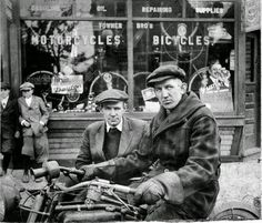 William Harley et Arthur Davidson European Motorcycles, Antique Motorcycles, American Motorcycles, Harley Davidson Motorcycles, Indian Motorcycles, Motorcycle Images, Motorcycle Shop, Motorcycle Dealers, Classic Motorcycle