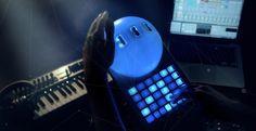 LaCrystalBalldeNaonextest un contrôleur MIDI doté de capteurs permettant de faire de la musique en agitant ses mains dans l'air.