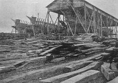 Trois goélettes en construction au chantier Bonne à Poulafret Kérity Paimpol, la cale couverte, avec la voilerie au premier étage est particulièrement originale