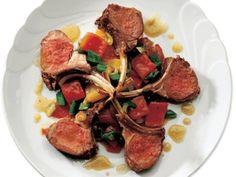 Kızartılmış ve Fırınlanmış Kuzu Pirzolası  Fırını 450 dereceye ısıtıp hazırlayın. Pirzola parçasını ikiye ayırıp 2 yemek kaşığı zeytinyağı, tuz ve karabiber ile baharatlayın. Geniş bir tavada et parçalarını teker teker pişirin. Pişirmeye yağlı taraftan başlayın. Ortalama 6 dakika pişirin. Tavada kalan yağı saklayın. Pirzolaları fırında orta-iyi pişmiş için ortalama 18-20 dakika pişirin.…