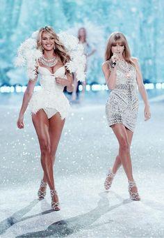 """Los """"ángeles"""" de Victoria´s Secret desfilaron al ritmo de la cantante #TaylorSwift , que subió a la pasarela para encender el show con su música country pop http://firstgroupstaff.wordpress.com/2013/11/19/los-angeles-mas-deseados-de-victoria-secret-volaron-por-todo-lo-alto-un-ano-mas-en-el-desfile-de-otono/"""