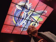 Kunstenaar René Guilot gaat zelf even kijken bij het Ceiling66 plafond bij Vibes in Enschede