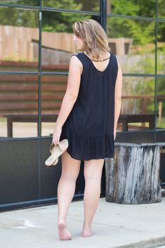 Easy, breezy summer top or cover-up. Top is sheer so perfect as a swimsuit cover-up or wear it with a tank as a top or dress. Barefoot Girls, Going Barefoot, Beautiful Toes, Gorgeous Women, Dating Older Women, White Midi Dress, Blonde Women, Foto Pose, Fashion Dresses