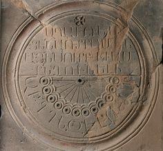 Reloj de Sol, con números armenios en las ruinas de la Catedral de Zvartnots, Armenia.   Matemolivares