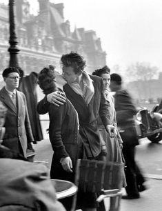 Le Baiser (The Kiss), Hotel de Ville, Paris. by Robert Doisneau. Robert Doisneau, Vintage Kiss, Vintage Couples, Vintage Love, Iconic Photos, Love Photos, Vintage Photographs, Vintage Photos, Couple Photography
