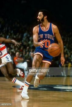 Walt Frazier of the New York Knicks dribbles the ball against the Washington Bullets during an NBA basketball game circa 1976 at the Capital Centre in Landover, Maryland. Basketball Legends, Football And Basketball, Sports Baseball, College Basketball, Basketball Players, Walt Frazier, National Basketball League, Sport Hall, Basketball Leagues
