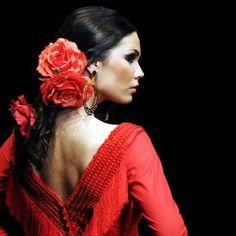 A model presents a creation by Spanish designer Pilar Vera during the SIMOF 2011 (International Flamenco Fashion Exhibition) in Sevilla. Spanish Dress, Spanish Dancer, Spanish Woman, Spanish Style, Dancers Body, Flamenco Dancers, Spanish Hairstyles, Estilo Cowgirl, Salsa Dancing