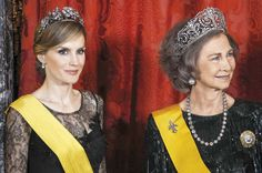 Two Queens When it comes to gala events at the highest level, Doña Sofía and Letizia bring out the best jewels they keep. In that case, tiaras are essential. In the photo, we see them with the tiara de lis and the floral, respectively. Letizia has returned to use this same crown on his trip to the United Kingdom.