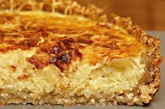 La torta di cipolle alla francese è una torta salata con la base di pasta brisée: seguendo lo stesso procedimento si possono usare anche altri tipi di verdure. Salty Cake, Desserts, Food, Quiches, Barbie, Gastronomia, Cheesecake, Onion Tart, Greedy People