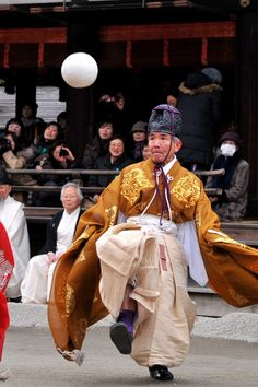 Kemari - a type of football played by courtiers in ancient Japan: photo by デジカメ自由人