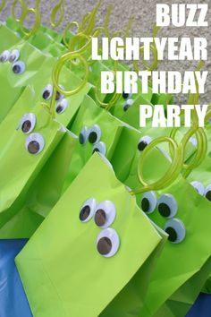 Green Alien Gift Bags-perfect for a Toy Story party Fête Toy Story, Toy Story Theme, Toy Story Birthday, Toy Story Party, Toy Story Crafts, Alien Party, Buzz Lightyear, 4th Birthday Parties, 2nd Birthday