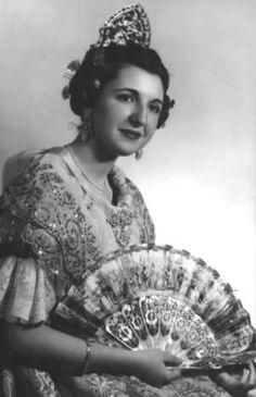 World of Ethno Spanish Woman, Spanish Style, Folk Fashion, Baroque Fashion, Flamenco Costume, Hair Jewels, Ethnic Chic, Folk Costume, Costumes