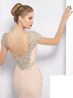 vestido ceñido color pastel y perlas, espalda abierta