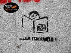 Quizá no sobra este mensaje en momentos de tanta intolerancia. Claro que hay que leer de todo para tener una perspectiva. Imagen tomada en la calle Olivar (Lavapiés).